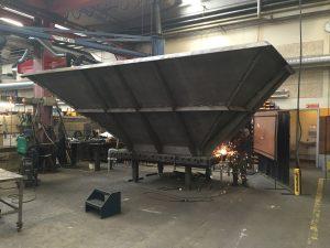 Stor tragt i sort stål